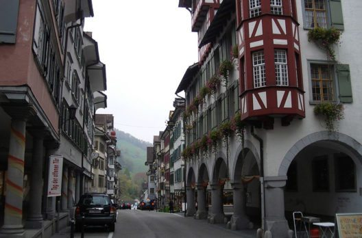 Hauptgasse mit Rathaus (Bild: Paebi, Wikimedia, CC)