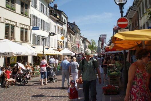 Die Grand Rue ist heute Fussgängerzone. (Bild: Raphaël Thiémard, Wikimedia, CC)