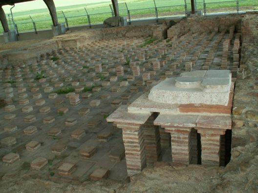 Reste der Thermen in Avenches. Das Bild zeigt die Überreste der Bodenheizung. (Bild: Chlempi)