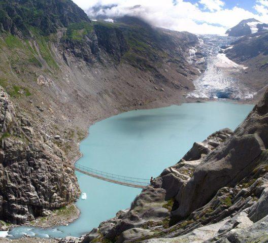 Blick auf der Triftbrücke und Triftgletscher (Bild: Thisisbossi, Wikimedia, CC)