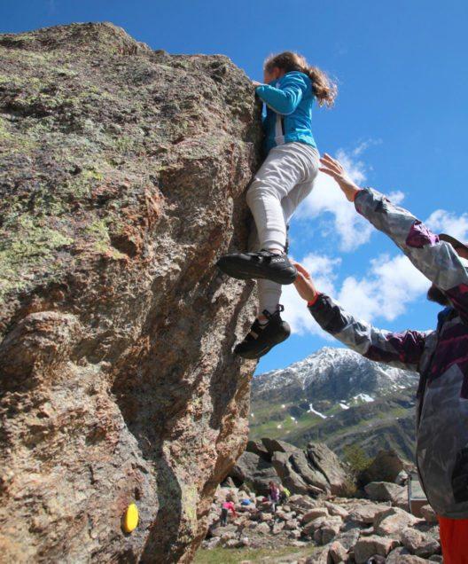 Der Silvapark Galtür bietet den ersten Kinder-Outdoor-Boulderbereich in Europa. (Bild: TVB Paznaun-Ischgl)