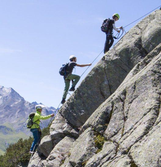 Ein durchgehendes, 12mm dickes Stahlseil macht den Klettersteig familientauglich. (Bild: Mike Gabl)