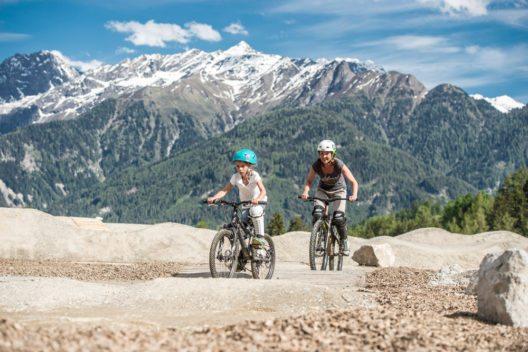 Bikepark - Mutter mit Kind - Serfaus-Fiss-Ladis (Bild: © Franz Oss)