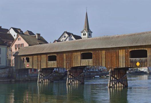 Am Rheinufer fallen dem Betrachter zwei Bauwerke ins Auge. (Bild: © Bildagentur Zoonar GmbH - shutterstock.com)