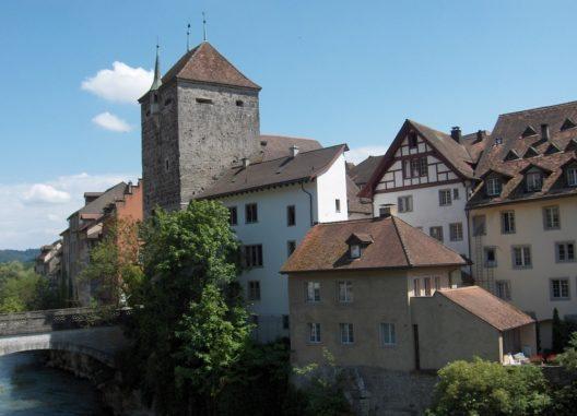 Das wohl bekannteste Wahrzeichen von Brugg ist der Schwarze Turm (Bild: © Wikimedia, CC BY-SA 3.0)