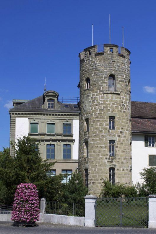Ein weiterer Überrest der Wehranlage ist der Folter- oder Strecketurm und diente einst als Gefängnis. (Bild: © Minnou, Wikimedia, CC BY-SA 3.0)