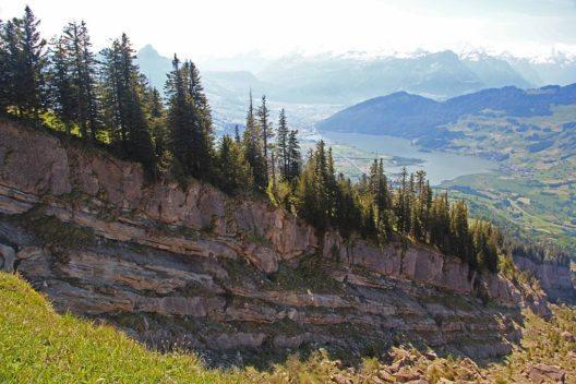 Aufschluss der Gesteinsschichten an der Abbruchkante des Goldauer Bergsturzes (Bild: Johnny.m76, Wikimedia, CC)