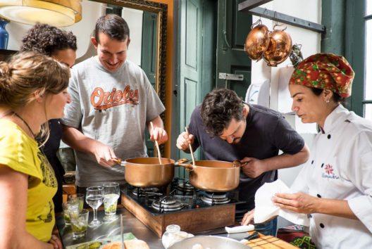 Die Besucher lernen, wie sie brasilianische Gerichte selbst zubereiten können. (Bild: GetYourGuide)