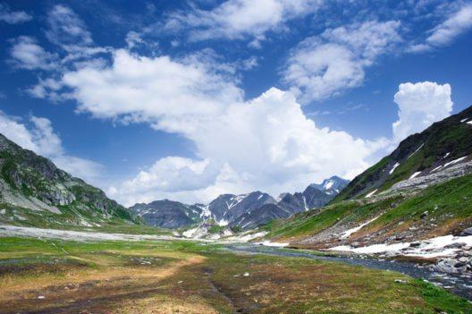 Mehrere Bergbäche durchfliessen in ungeordnetem Lauf das Gelände. (Bild: © Peter Wey - shutterstock.com)