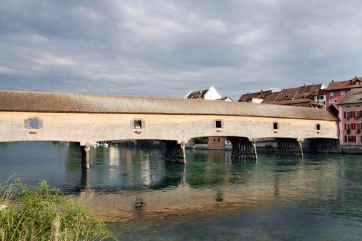 Die Rheinbrücke bietet Fussgängern seit Menschengedenken dank überdachter Konstruktion einen trockenen Übergang ans jenseitige Rheinufer. (Bild: © Pixeljoy - shutterstock.com)