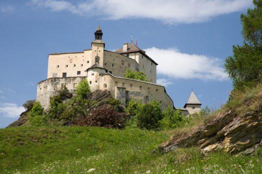 Genau genommen besteht das Schloss aus zwei Teilen – der Oberburg und der Unterburg. (Bild: © Roland Zihlmann - shutterstock.com)