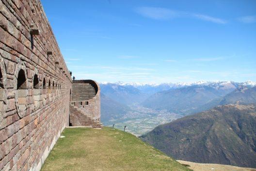 Blick ins Tal, im Hintergrund Bellinzona (Bild: © Adrian Michael, Wikimedia, CC BY-SA 2.5)