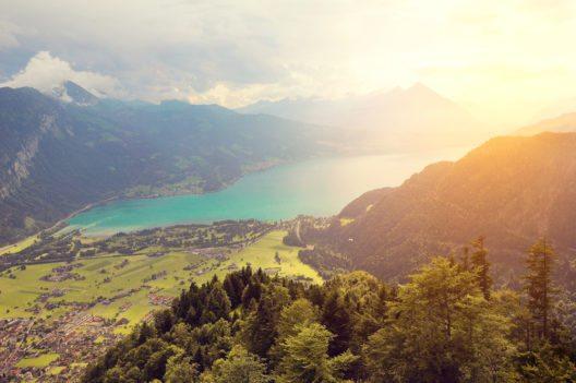 Überblick über den Thunersee (Bild: © Serjio74 - shutterstock.com)