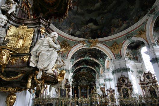 Die Architektur innen in der Stiftskirche St. Gallen. (Bild: © Tupungato - shutterstock.com)