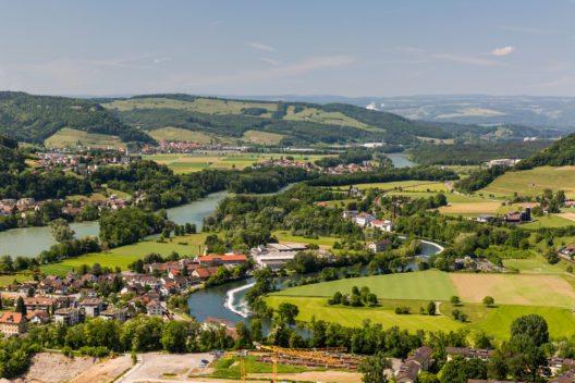 Die Stadt Brugg liegt zu beiden Seiten der Aare (Bild: © Oscity - shutterstock.com)