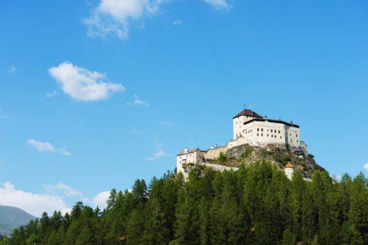 Graf Ulrich I. von Tarasp legte um das Jahr 1040 den Grundstein der Schlossanlage. (Bild: © christian kober - shutterstock.com)
