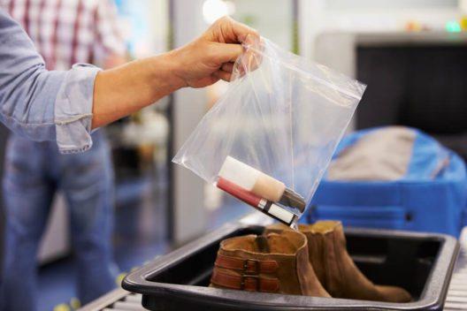 Handgepäck richtig verpackt (Bild: © mariakraynova - Shutterstock.com)