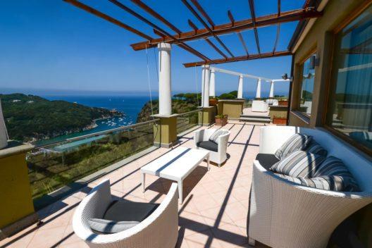 Die Insel Ischia lädt zu echten Traumferien ein. (Bild: esherez – Shutterstock.com)