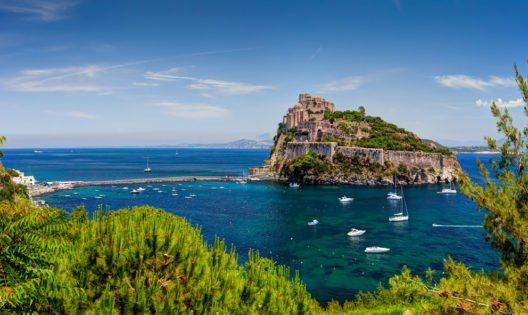 Das Castello Aragonese befindet sich auf einer kleinen Felseninsel an der Ostseite der Insel Ischia. (Bild: Yevgen Belich – Shutterstock.com)