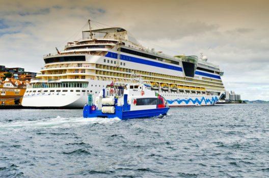 Je nach Reiseroute werden die Gäste auf dem Schiff von der temperamentvollen Nordsee mit all ihren natürlichen Eigenheiten inklusive einem beruhigenden Wellengang in Empfang genommen. (Bild: © Sergei25 - shutterstock.com)