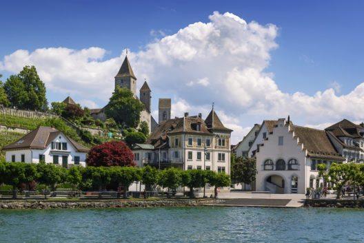 Wer sich der Stadt vom Zürichsee aus nähert, dem sticht zunächst das vieltürmige Bauensemble rund um Schlossberg und Herrenberg ins Auge. (Bild: © Borisb17 - shutterstock.com)