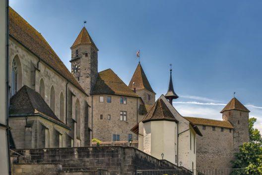 Dominiert wird das Rapperswiler Stadtbild vom Schloss mit seinen drei markanten Türmen. (Bild: © Borisb17 - shutterstock.com)