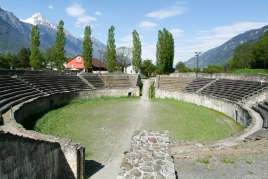 Sichtbarstes Zeichen der römischen Vergangenheit sind die Überreste des römischen Amphitheaters. (Bild: © Stefano Ember - shutterstock.com)