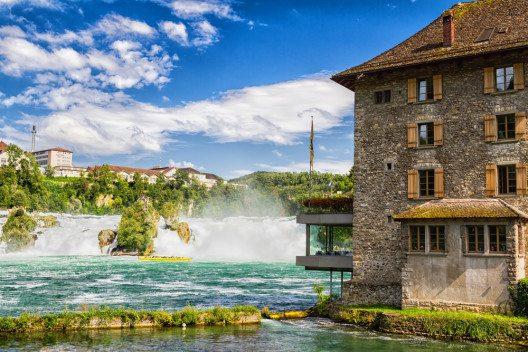Im In- und Ausland ist der Name Schaffhausen fast ein Synonym für die nahen Rheinfälle. (Bild: © Milosz Maslanka - shutterstock.com)