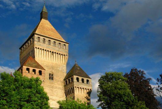 Besonders eindrucksvoll ist der mächtige quadratische Donjon. (Bild: Mihai-Bogdan Lazar – Shutterstock.com)