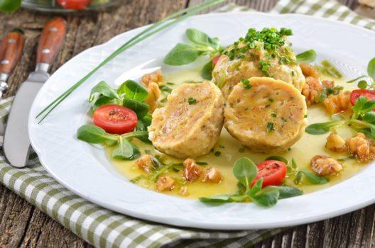 Zahlreiche Restaurants und Hütten laden zu köstlichen Südtiroler Spezialitäten ein. (Bild: Karl Allgaeuer – Shutterstock.com)