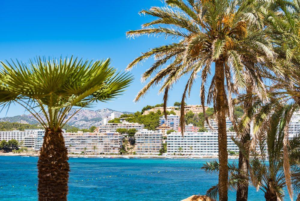 Keine Freude für Urlauber – die neue Bettensteuer auf Mallorca. (Bild: © hbpictures - shutterstock.com)