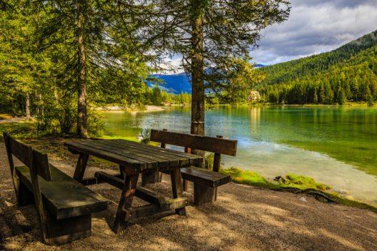Der Naturbadesee in Toblach (Bild: gorillaimages – Shutterstock.com)