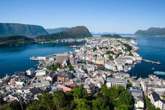Blick auf die Berge entlang des Fjordes (Bild: © Ekaterina Kolomeets - shutterstock.com)