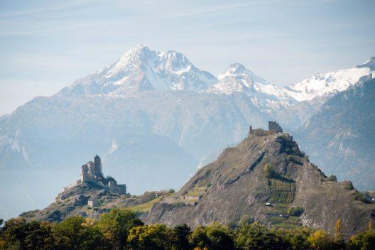 Unverwechselbar ist das Gesamtbild der Stadt, das durch die Doppelspitze der Felsen Valère und Tourbillon geprägt wird. (Bild: © Ventura - shutterstock.com)