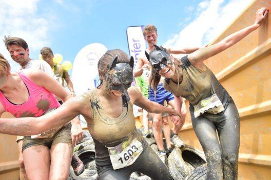 Für zusätzlichen Spass sorgen die ausgefallenen Kostüme, in denen manche Teilnehmer antreten. (Bild: Tourismusverband Obertauern)