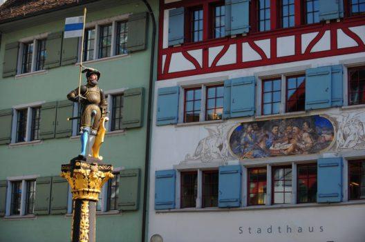 In der Zuger Altstadt (Bild: © Leeloona - shutterstock.com)