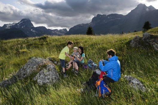 Familie auf der Alp Fix (Bild: © Savognin Tourismus im Surses, Lorenz A. Fischer)