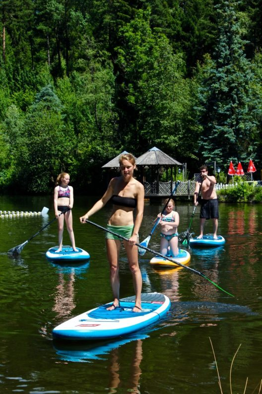 Die ganze Familie erfreut sich über den Trendsport Stand-Up Paddeling am Natterer See. (Bild: © Subinmotion)