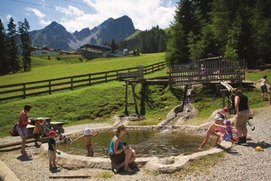 Kinder spielen in der Wasserwelt im Muttereralmpark. (Bild: © Innsbruck Tourismus)