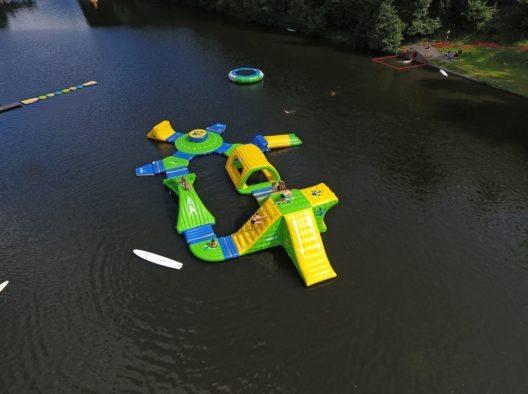 Der neue Mega Aqua Park am Natterersee verspricht Spaß und Action für Groß und Klein. (Bild: © Natterer See)