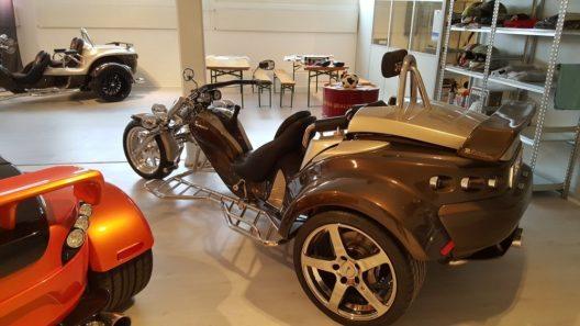 Die modernen Trikes sind offene Fahrzeuge mit einem Vorderrad und zwei Hinterrädern.