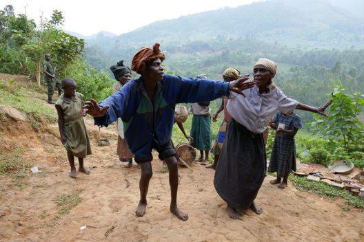 Trotz vielfältiger Zusagen der ugandischen Behörden bei der Zwangsabsiedlung aus dem Regenwald 1991, sind die Batwa-Pygmäen heute weitgehend auf sich selbst angewiesen. Ihre Situation hat sich eher verschlechtert, die Vermischung mit dem Mehrheitsvolk schreitet unaufhaltsam voran. (Bild: © Dr. Wilfried Seywald)