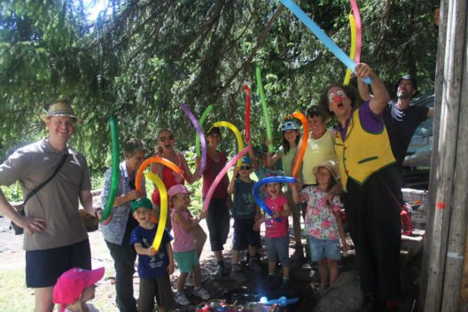 Alle sind happy, Clown Muggs Show begeistert. (Bild: Braunwald-Klausenpass Tourismus)