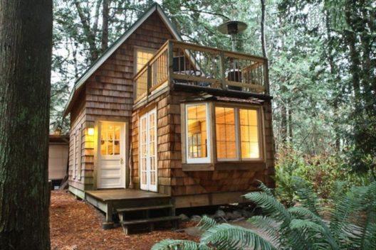 Mini-Villa: die kanadische Waldholzhütte (Bild: © Tripping.com)
