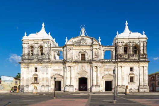 Die mächtige Kathedrale León Basilica de la Asunción (Bild: © LMspencer - shutterstock.com)