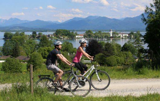 Radfahren Blick auf Fraueninsel (Bild: © Chiemsee-Alpenland Tourismus )