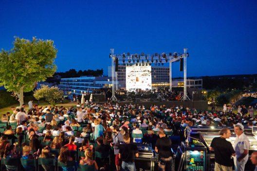 Noch bis zum 20. August findet das 24. Sani Festival statt – ein renommiertes Konzert-Event. (Bild: © Sani Resort)
