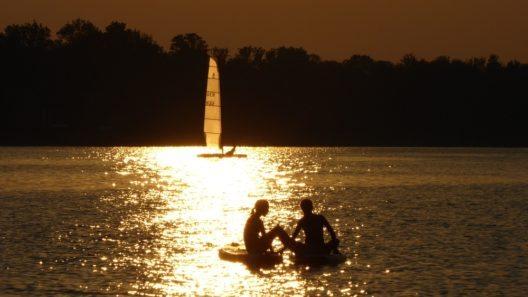 Auf dem grössten See Bayerns tragen heuer Surfer und SUPer mehrere Meisterschaften aus.