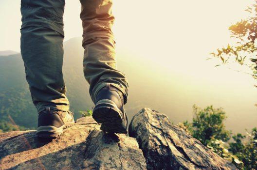 Stabile Wanderschuhe sind für eine Tour in die Berge eine muss. (Bild: © lzf - shutterstock.com)