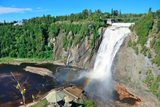 Wasserfall im Park Montmorency (Bild: © Songquan Deng - shutterstock.com)